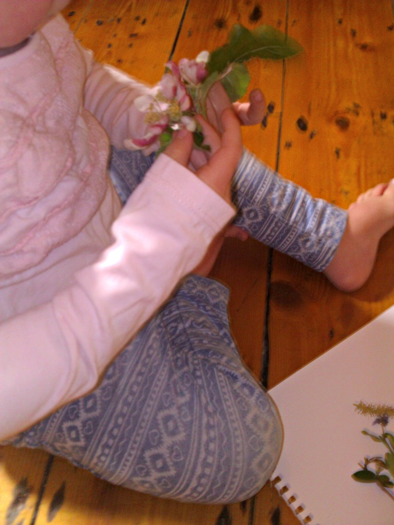 Things to do - spring and summer art with flowers and leaves http://www.mumsdays.com/things-to-do-spring-art/ #toddler #art #education #outdoors #summer #spring #activities